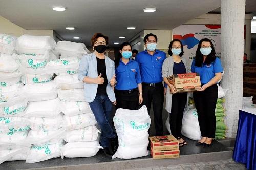共青團市委向貧困者贈送救濟品