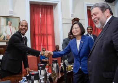 颱風丹娜絲來襲 總統跨海與蘇揆通電話討論